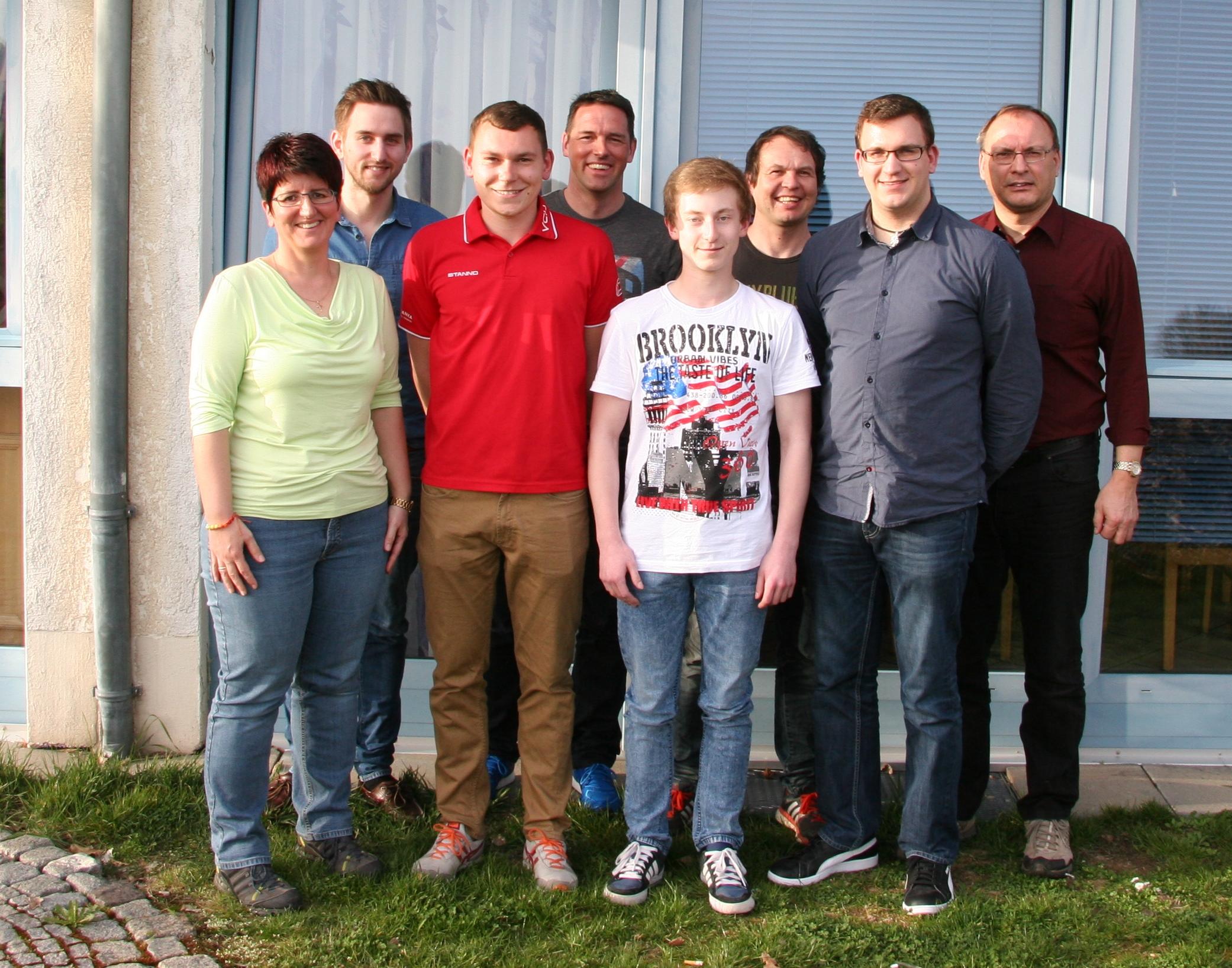 Die neue Vorstandschaft mit dem Vorstandsteam Max Schwinger (2. V. l.), Markus Fleischmann (3. V. l.) und Matthias Fleischmann (2. V. r.). Es fehlen Andreas Fleischmann und Wolfgang Heldmann (Bild: fv).
